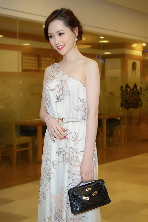 Thái Như Ngọc đẹp ngọt ngào với váy hàng hiệu - 2