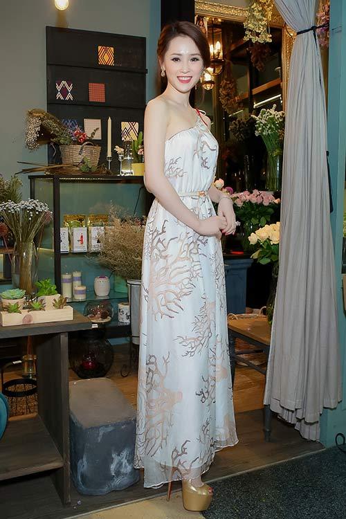 Thái Như Ngọc đẹp ngọt ngào với váy hàng hiệu - 9