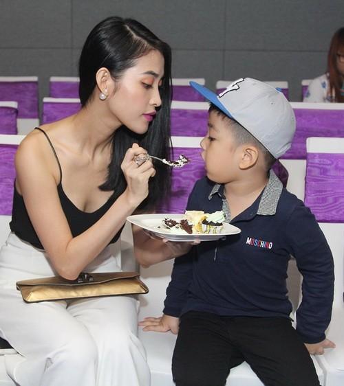 """mai ho lan dau dua con trai """"hot boy"""" di su kien - 1"""