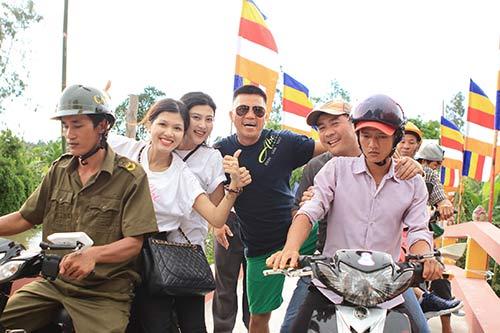 Kim Dung, Oanh Yến giản dị đi xe máy làm từ thiện-4