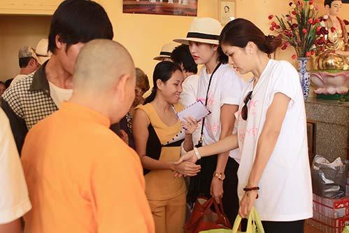 Kim Dung, Oanh Yến giản dị đi xe máy làm từ thiện-9