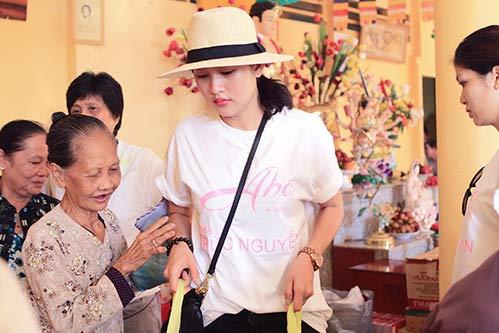 Kim Dung, Oanh Yến giản dị đi xe máy làm từ thiện-2