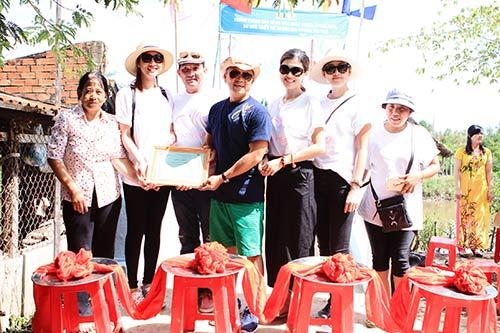 Kim Dung, Oanh Yến giản dị đi xe máy làm từ thiện-3