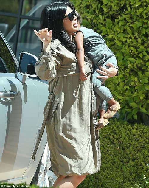 Kim Kardashian khoe thân hình đẫy đà với váy mỏng bó sát-4