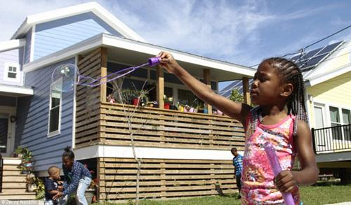 Brad Pitt xây nhà cho 109 hộ gia đình mất nhà sau cơn bão-15