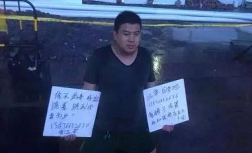 Người đàn ông đội mưa quỳ giữa phố xin lỗi vợ-1