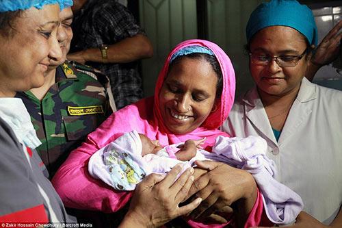 Thai nhi bị bắn xuyên mắt trong bụng mẹ sống sót kỳ diệu-3