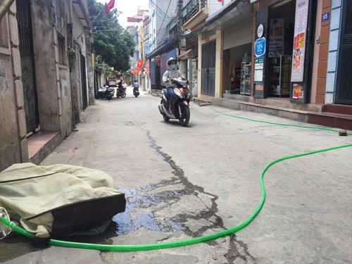 Nắng nóng 38 độ C, người HN phải đi tắm nhờ vì mất nước-1