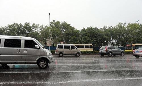 Mưa tạo bọt trắng trút xuống phố ở Thiên Tân sau vụ nổ-4