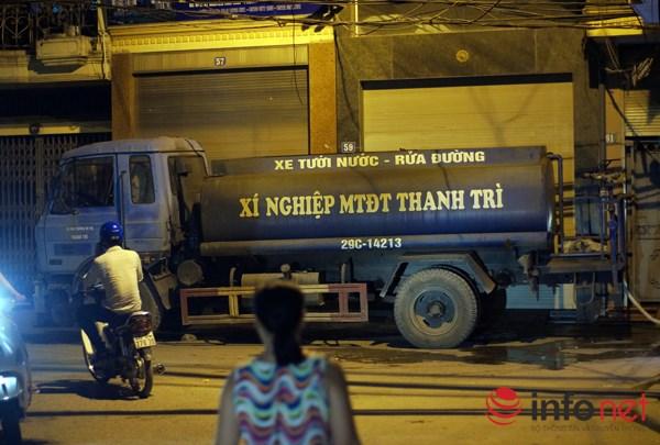 HN: Người dân phải mua nước từ… xe rửa đường với giá