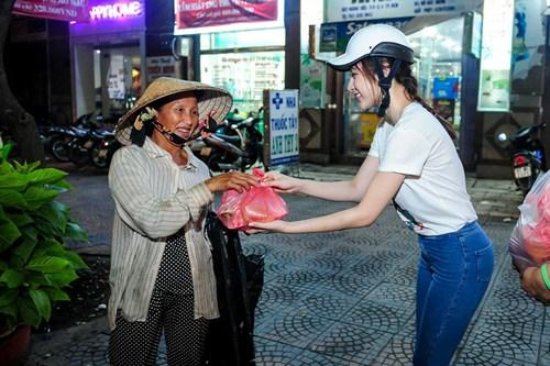 me angela phuong trinh cho con di tu thien bang xe may - 4