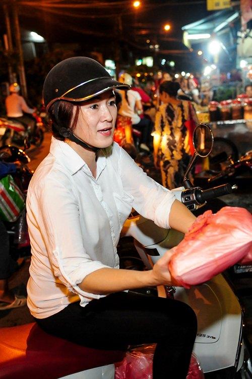 me angela phuong trinh cho con di tu thien bang xe may - 9