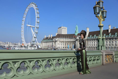 huyen my khoe eo thon trong trang phuc ao dai giua london - 3
