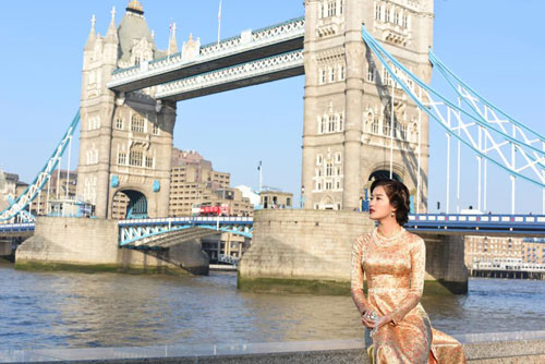 huyen my khoe eo thon trong trang phuc ao dai giua london - 5