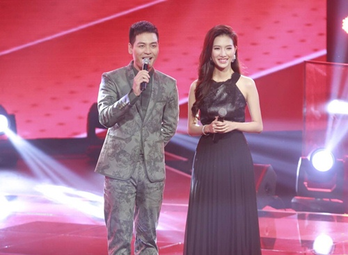 "the voice 2015: mr dam loai co gai ""vua an keo vua hat"" - 2"