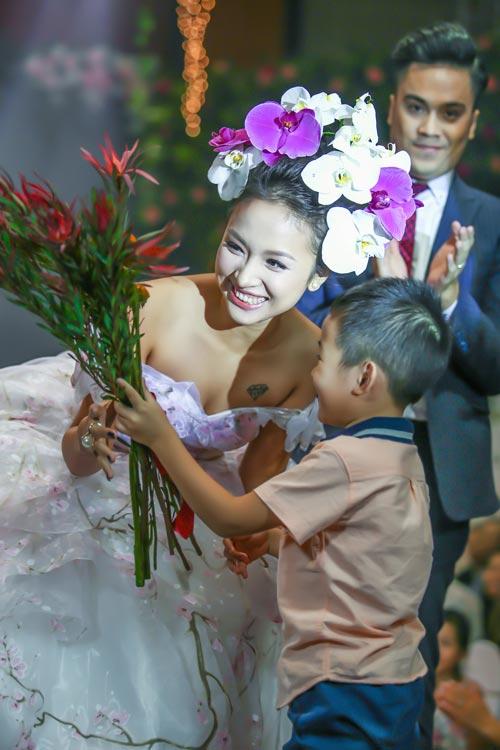 """con trai van hugo lam """"nguoi dan ong nhi"""" cua me - 9"""