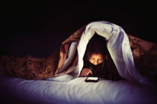 thuc hu thong tin ung thu mat do dung smartphone trong dem - 1