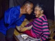 Tin quốc tế - Cảm động cảnh con trai cụt 2 tay chăm mẹ già bị liệt