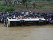 Tin tức - Xe buýt lao xuống sông, 38 người thương vong ở Nam Phi