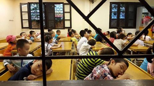 Giật mình bức ảnh trẻ ngủ gật vì phải tập dượt khai giảng từ sáng sớm-1