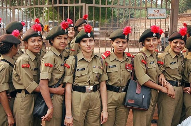 1. Ấn Độ  Đôi mắt to, lông mày rậm và đôi môi dày chính là đặc điểm dễ nhận thấy của người Ấn Độ.Các nữ quân nhân Ấn Độ có làn da rám nắng nhưng họ luôn nở nụ cười tươi rói.