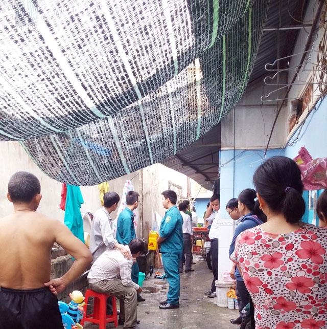 TPHCM: Bồn nước 1.500 lít rơi, đè chết bé gái đang ngủ-5