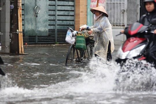 Chỉ mưa 1 giờ, dân Sài Gòn đã lội bì bõm-1