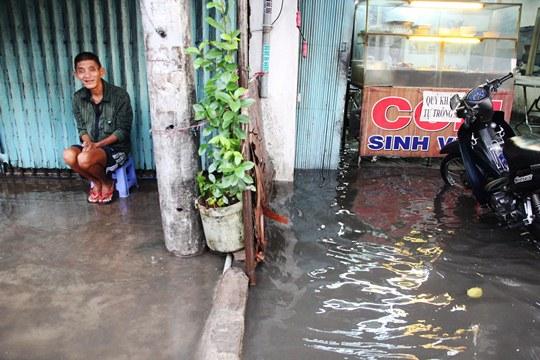 Chỉ mưa 1 giờ, dân Sài Gòn đã lội bì bõm-2