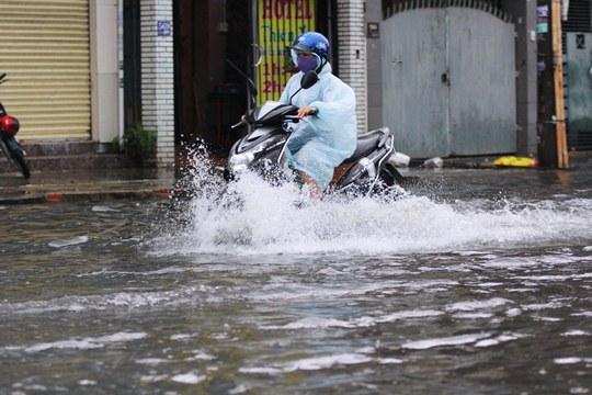 Chỉ mưa 1 giờ, dân Sài Gòn đã lội bì bõm-7