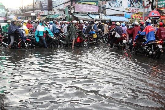 Chỉ mưa 1 giờ, dân Sài Gòn đã lội bì bõm-4