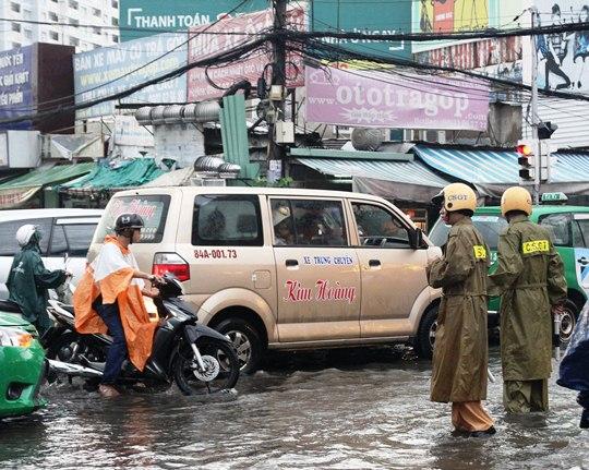Chỉ mưa 1 giờ, dân Sài Gòn đã lội bì bõm-6