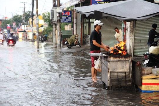 Chỉ mưa 1 giờ, dân Sài Gòn đã lội bì bõm-5