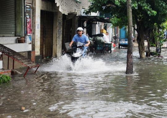 Chỉ mưa 1 giờ, dân Sài Gòn đã lội bì bõm-3