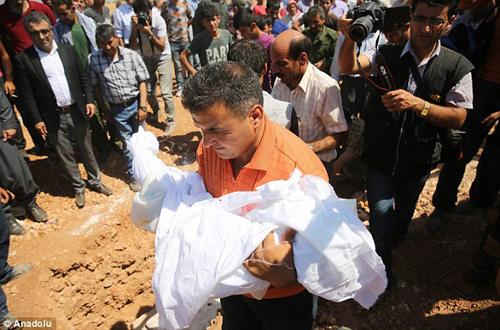 Xót xa giây phút tiễn đưa bé trai Syria chết đuối trên biển-3