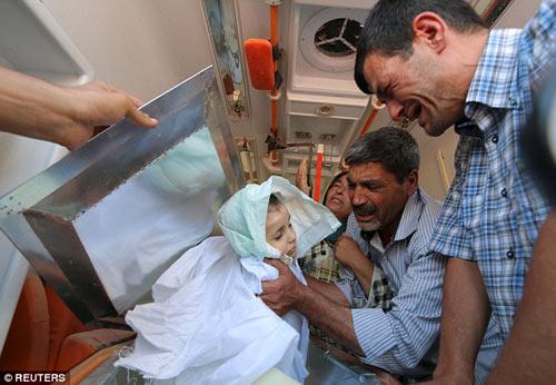 Xót xa giây phút tiễn đưa bé trai Syria chết đuối trên biển-6