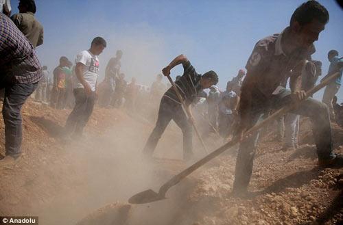 Xót xa giây phút tiễn đưa bé trai Syria chết đuối trên biển-7