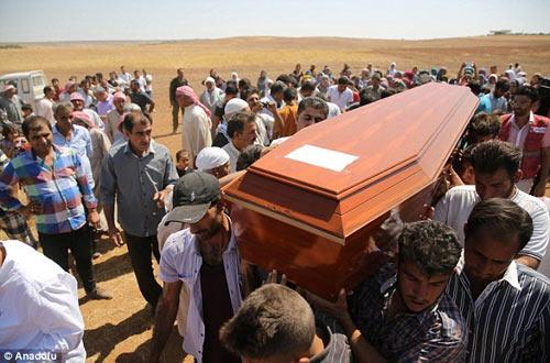 Xót xa giây phút tiễn đưa bé trai Syria chết đuối trên biển-8