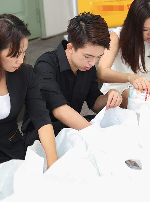 Con trai HH Thu Hoài giúp mẹ phát gạo cho người nghèo-1