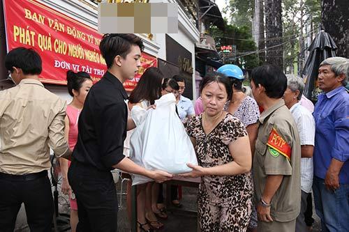 Con trai HH Thu Hoài giúp mẹ phát gạo cho người nghèo-2