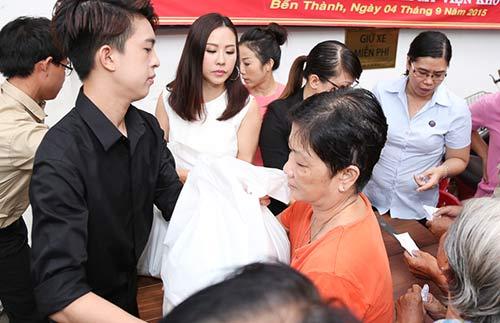 Con trai HH Thu Hoài giúp mẹ phát gạo cho người nghèo-3