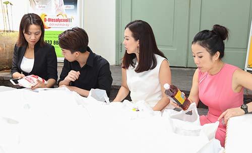 Con trai HH Thu Hoài giúp mẹ phát gạo cho người nghèo-4