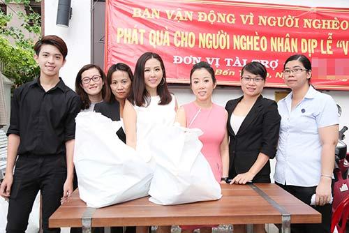 Con trai HH Thu Hoài giúp mẹ phát gạo cho người nghèo-5