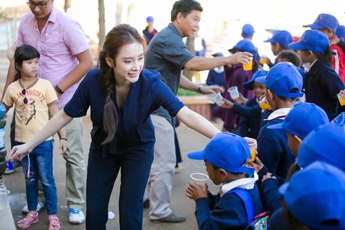 Angela Phương Trinh ngã té nhào khi chơi kéo co-12