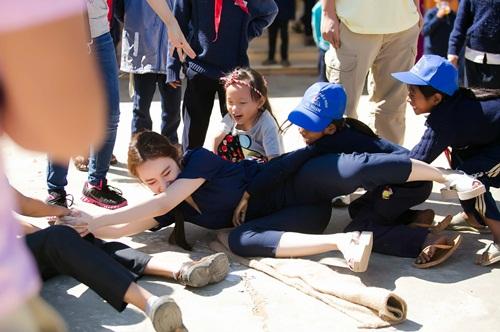 Angela Phương Trinh ngã té nhào khi chơi kéo co-17