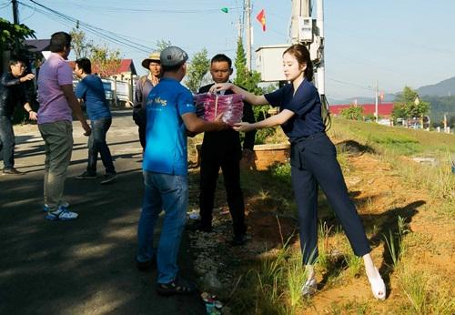 Angela Phương Trinh ngã té nhào khi chơi kéo co-2