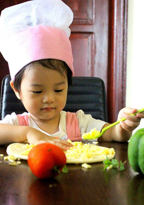 Mẹ 8x xinh đẹp dạy con vào bếp từ 20 tháng tuổi-2