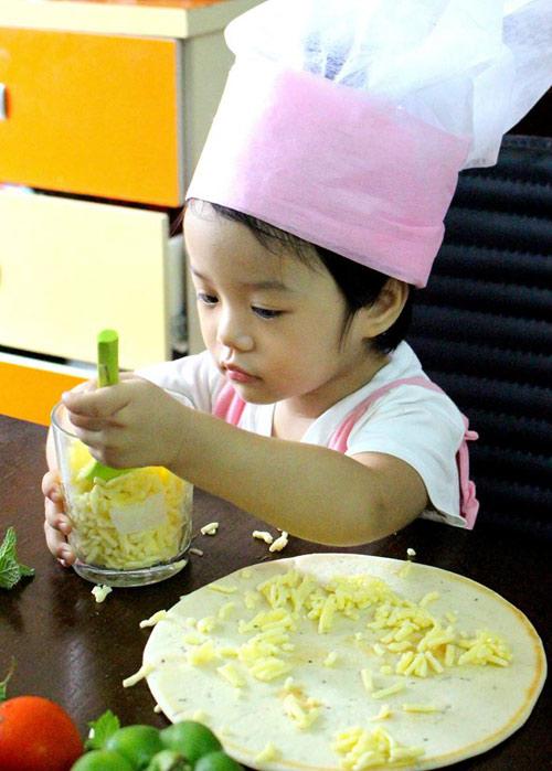 Mẹ 8x xinh đẹp dạy con vào bếp từ 20 tháng tuổi-4