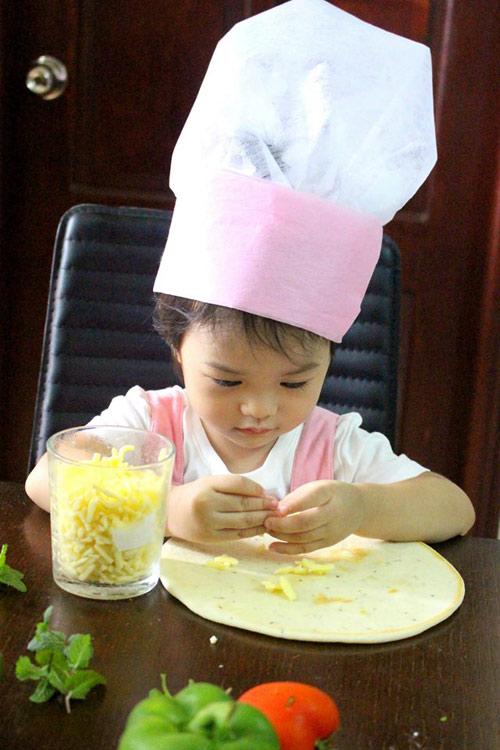 Mẹ 8x xinh đẹp dạy con vào bếp từ 20 tháng tuổi-11