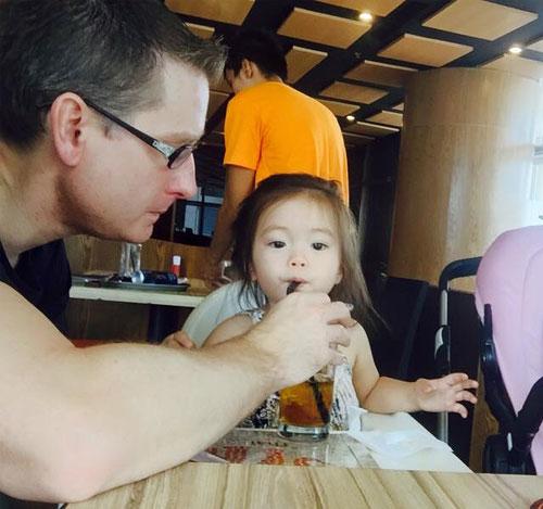 Chồng Đoan Trang chăm sóc con gái chu đáo-3