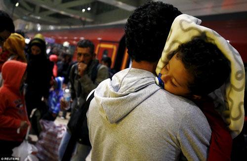 Nước Đức hò reo chào đón hàng nghìn người tị nạn Syria-1